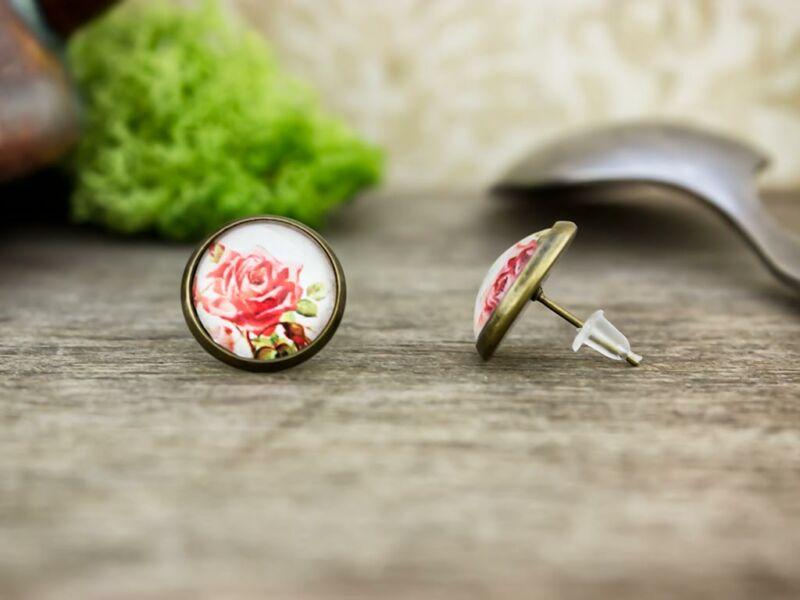 Üveglencsés piros rózsás beszúrós fülbevaló