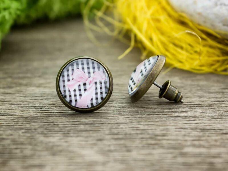 Üveglencsés rózsaszín masnis beszúrós fülbevaló