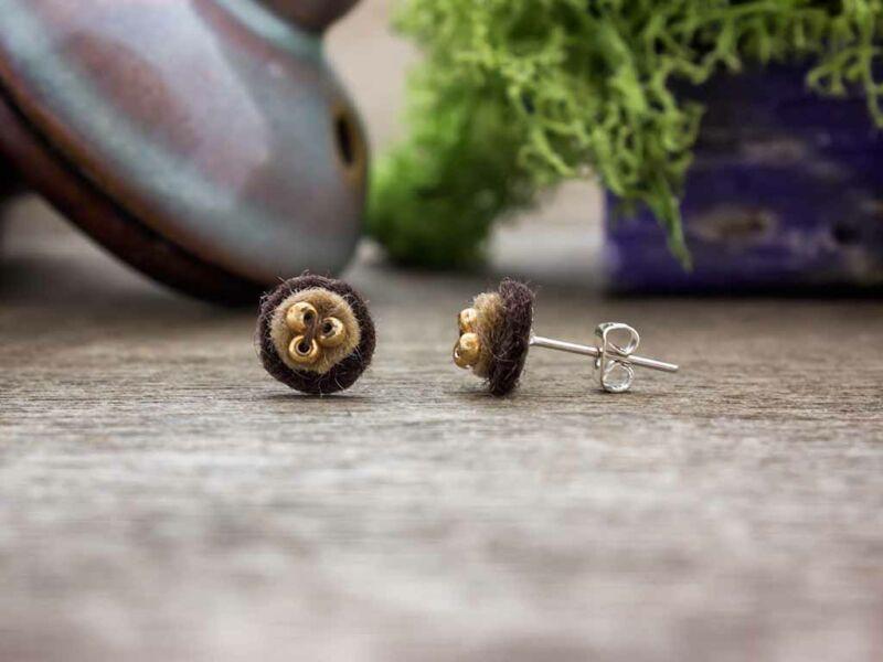 Apró barna gyöngyös gyapjúfilc fülbevaló