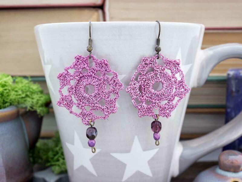 Horgolt lila virágos fülbevaló