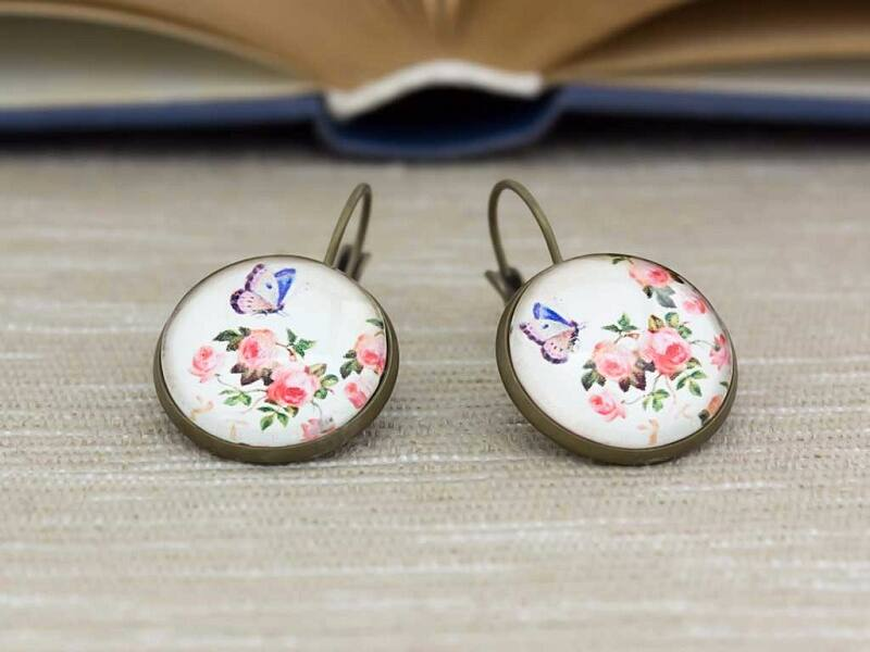 Üveglencsés rózsás és pillangós fülbevaló