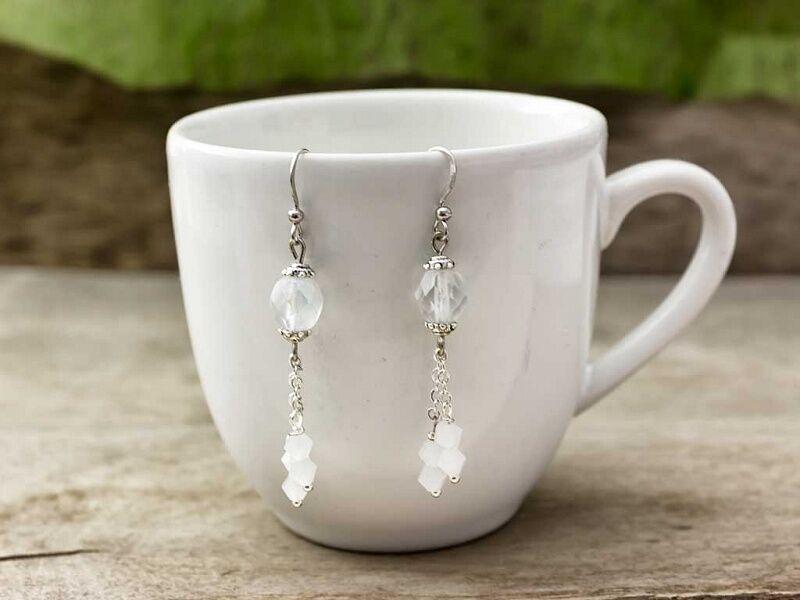 Fehér kristályos lógós fülbevaló