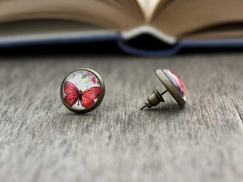 Üveglencsés pillangó és virág beszúrós fülbevaló