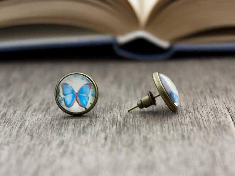Üveglencsés kék pillangó beszúrós fülbevaló