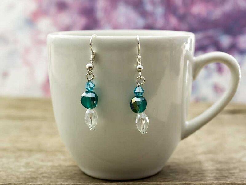 Zöld és fehér kristályos lógós fülbevaló