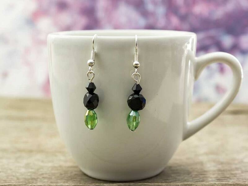 Zöld és fekete kristályos lógós fülbevaló