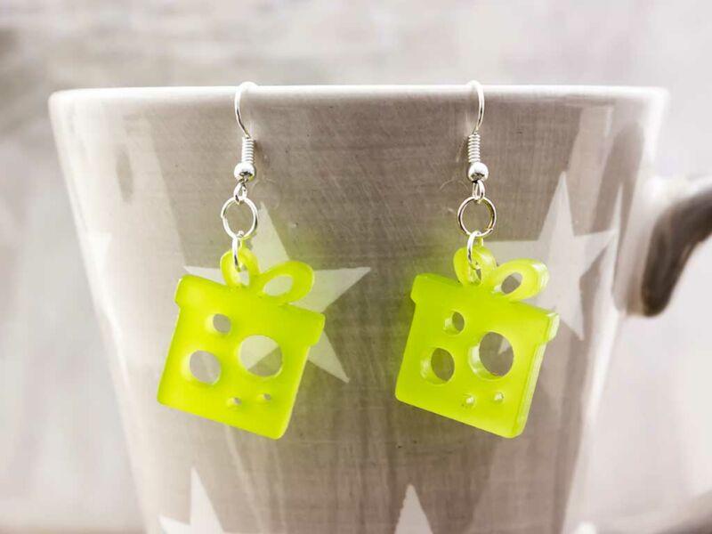 Karácsonyi neon zöld ajándék csomag plexi fülbevaló