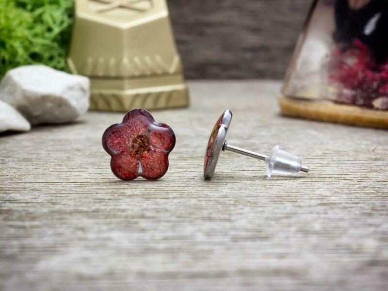 Piros virág beszúrós gyanta acél fülbevaló