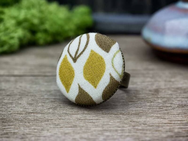 Őszi hangulatú barnás textil gombos gyűrű