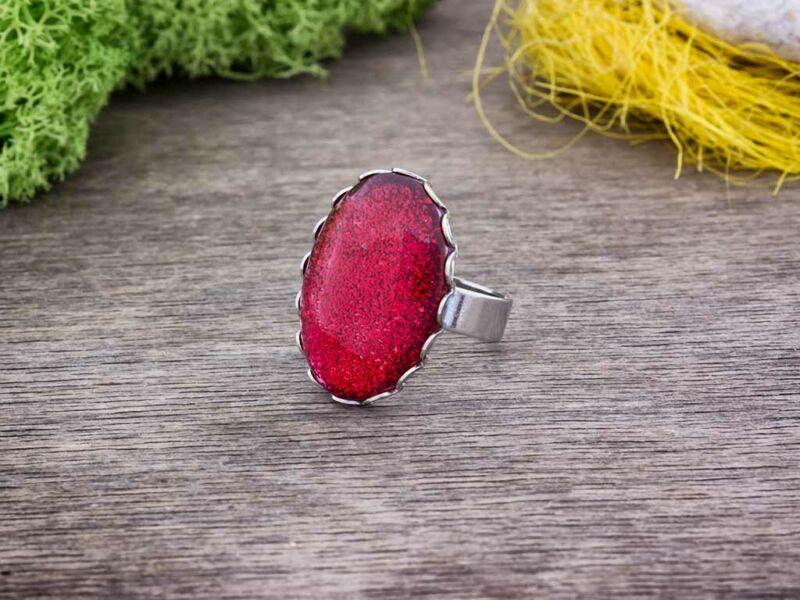 Csillogó vörös üveglencsés gyűrű