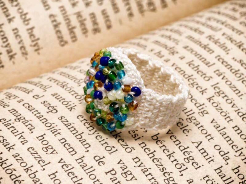 Horgolt fehér színes gyöngyös gyűrű 08b0a018ca