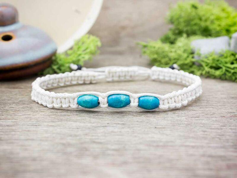 Fehér makramé karkötő kék fagyöngyökkel
