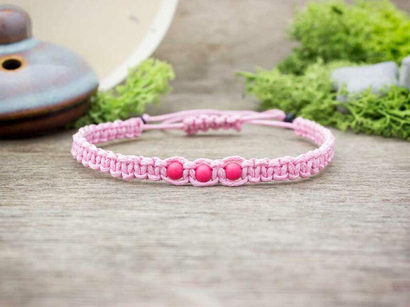 Rózsaszín makramé fagyöngyös karkötő