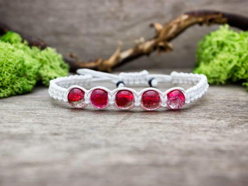 Fehér makramé karkötő piros roppantott gyöngyökkel