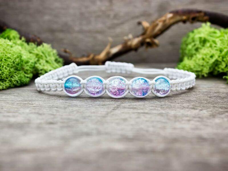 Fehér makramé karkötő rózsaszín és kék gyöngyökkel