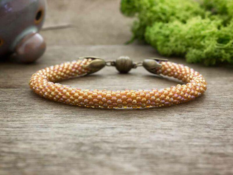 Narancsos fénylő horgolt gyöngy mágnes záras karkötő