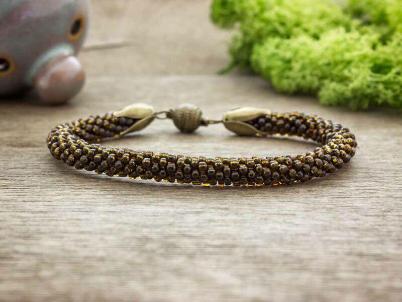 Gyomorkeserű barna horgolt gyöngy mágnes záras karkötő