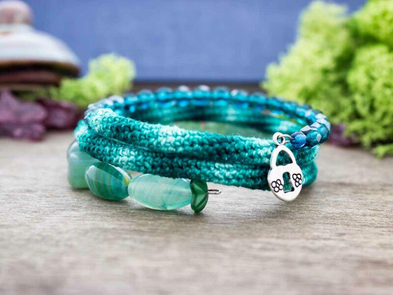 Smaragd ajándék horgolt memóriadrót karkötő