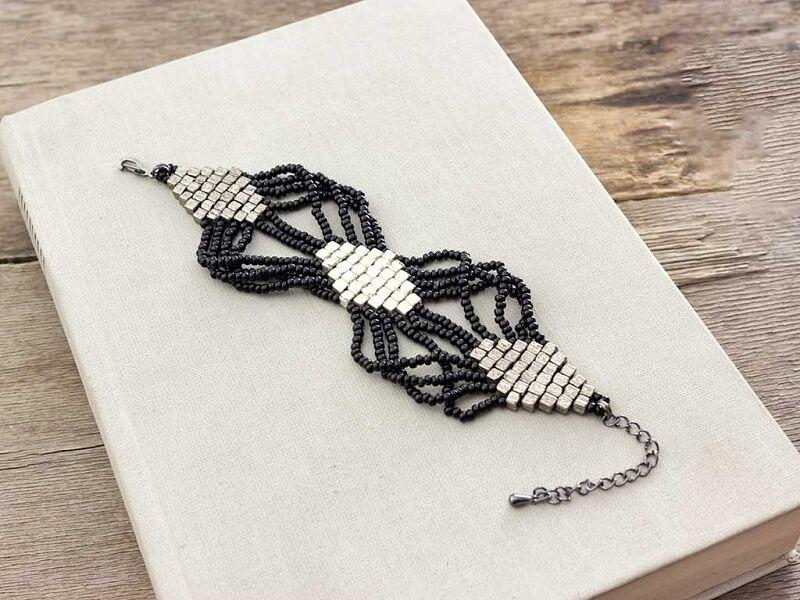 Fekete és ezüst rombuszos gyöngy karkötő
