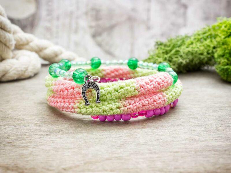 Gumicukor zöld és rózsaszín horgolt memóriadrót karkötő