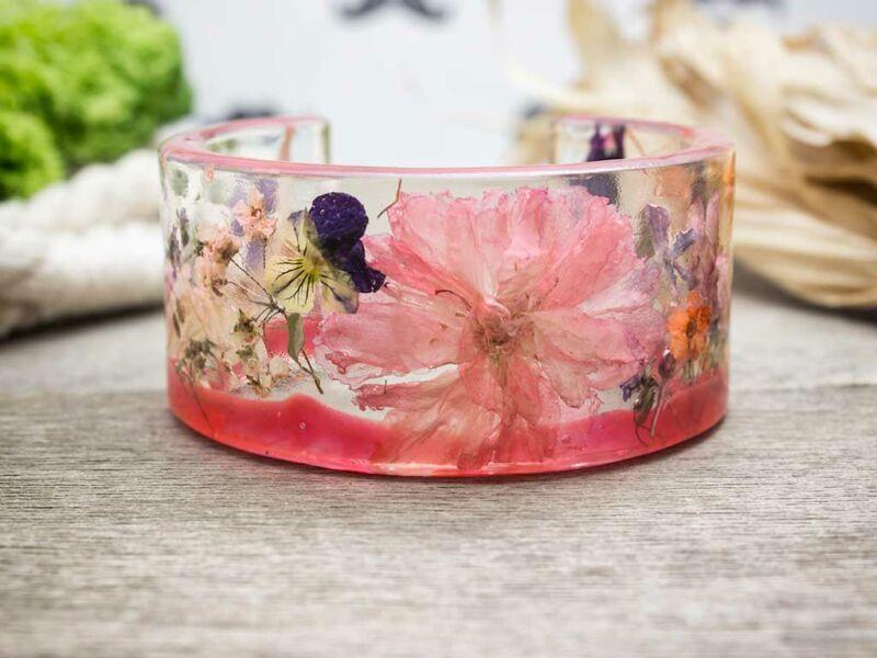 Műgyanta préselt virágos rózsaszín karperec