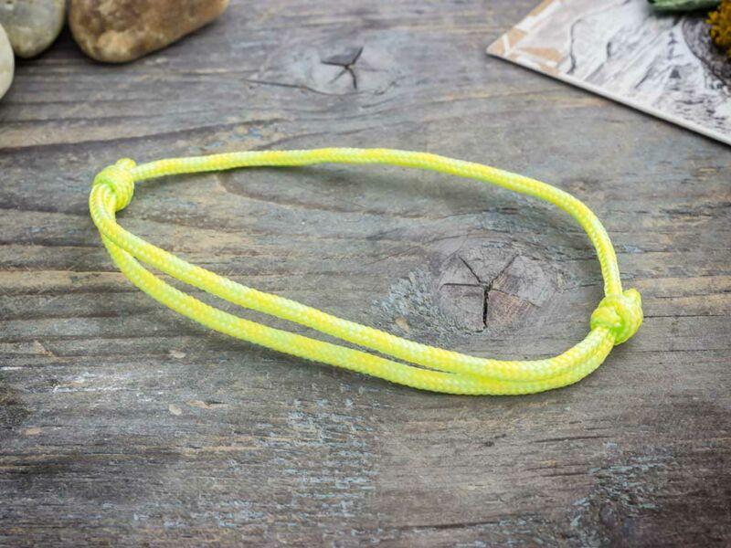 Célravezető sárga paracord karkötő