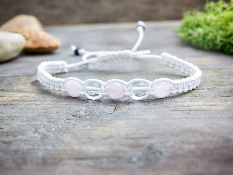 Hegyikristály és rózsakvarc fehér makramé karkötő