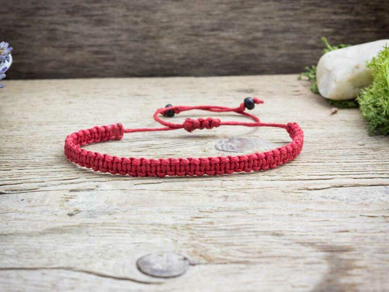 Piros makramé karkötő