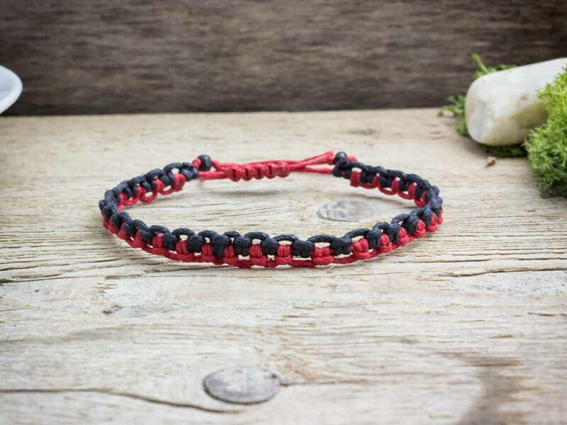 Fekete és piros feles makramé karkötő