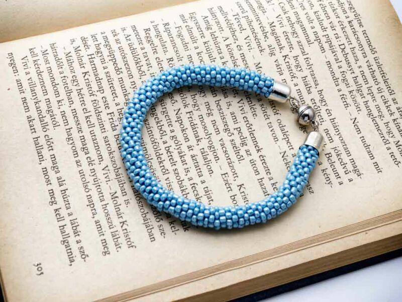 Kék gyöngy horgolt mágnes záras karkötő