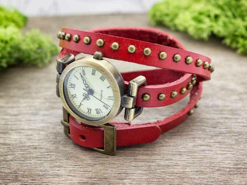 Piros bőrszíjas díszített vintage óra