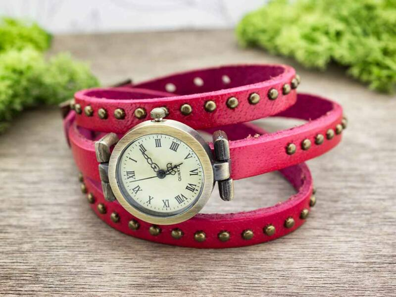 Rózsaszín bőrszíjas díszített vintage óra