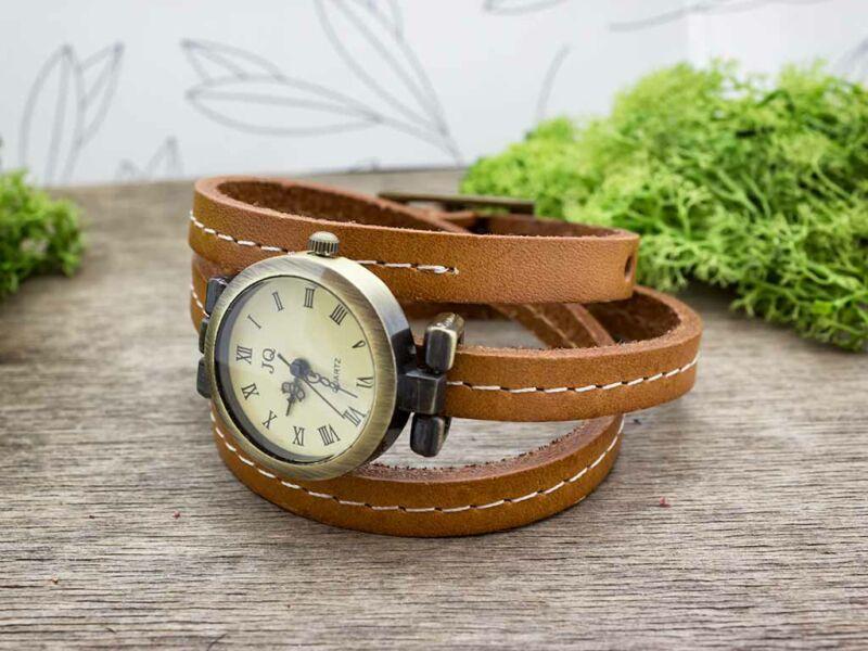 Barna bőrszíjas varrással díszített óra