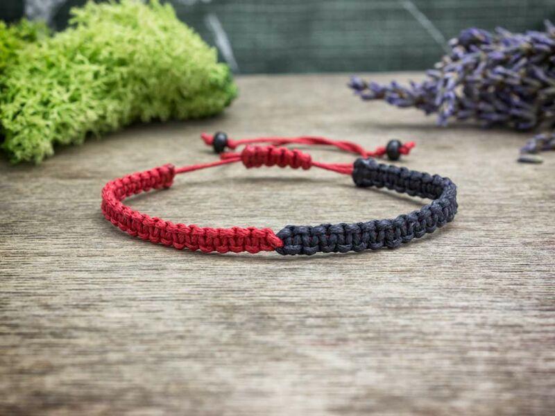 Fekete és piros felemás makramé karkötő