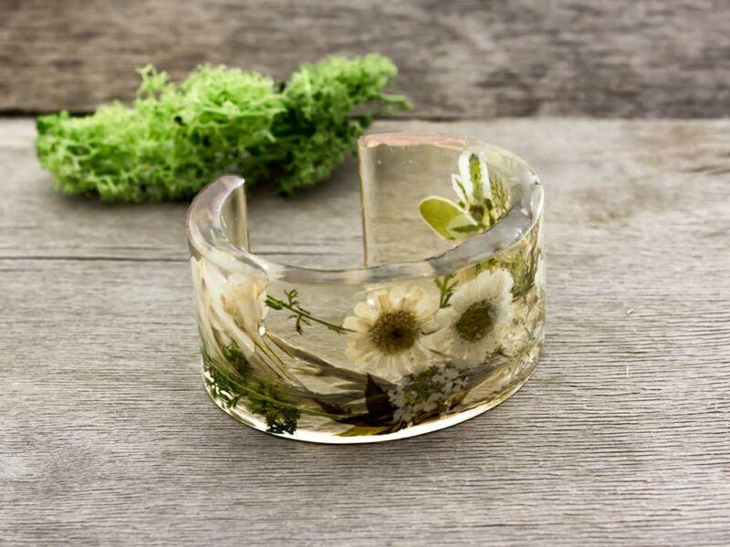 Műgyanta préselt virágos margitvirág és szarkaláb karperec