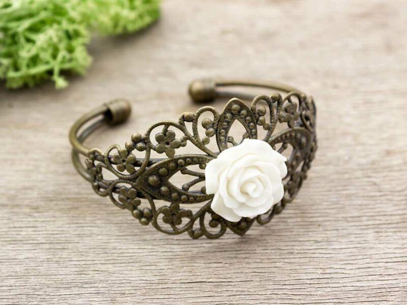 Fehér színű rózsás karperec