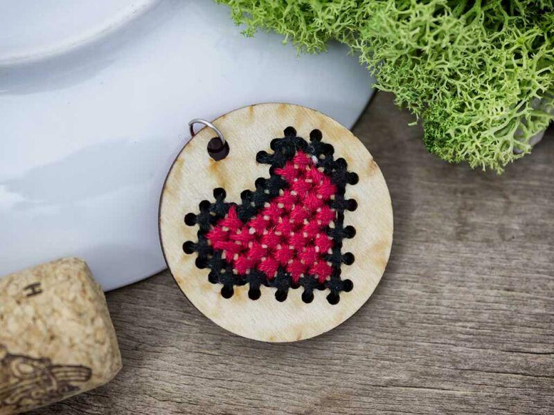 Keresztszemes piros fekete szív lézervágott nyírfa medál
