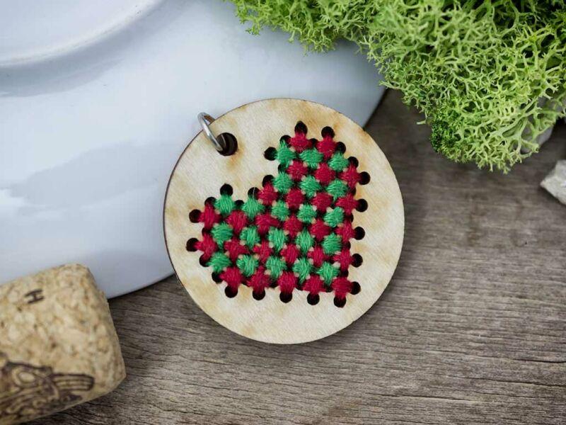 Keresztszemes piros zöld szív lézervágott nyírfa medál