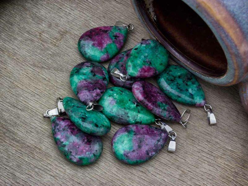 Rubin-zoizit csepp ásvány medál
