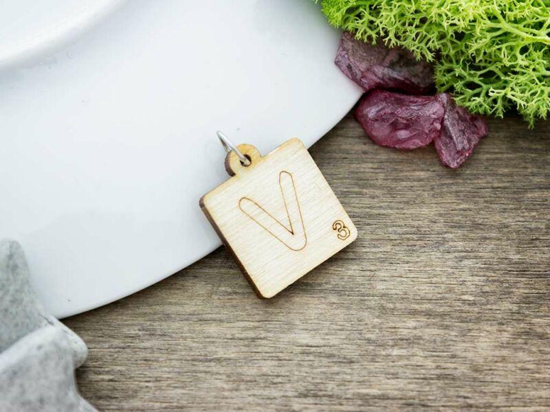 Scrabble V betű lézervágott nyírfa medál