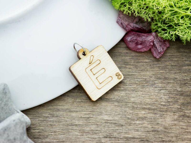 Scrabble É betű lézervágott nyírfa medál