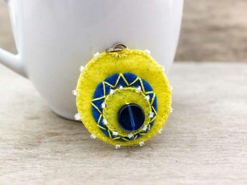 Gyapjúfilc sárga és kék medál