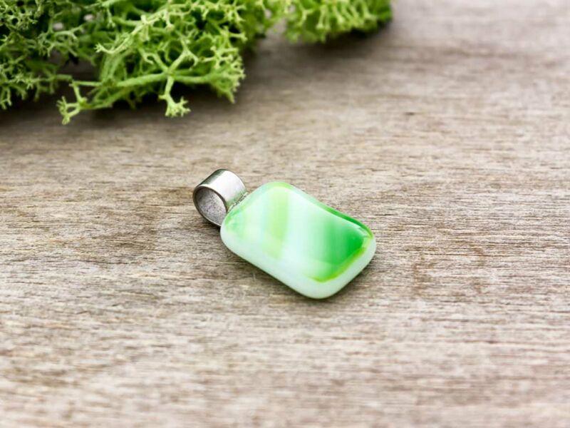 Zöld gyep üveg medál