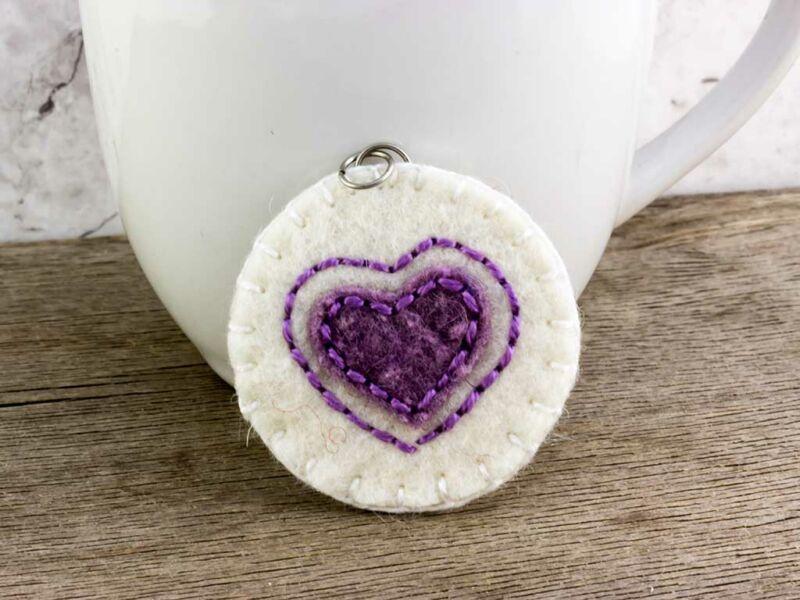 Gyapjúfilc fehér és lila szív medál