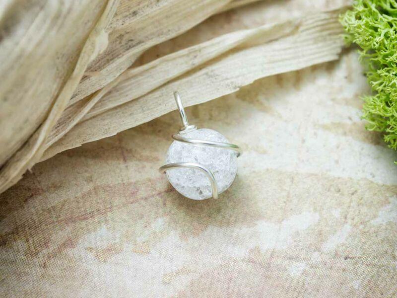 Roppantott hegyikristály ezüst színű drót medál
