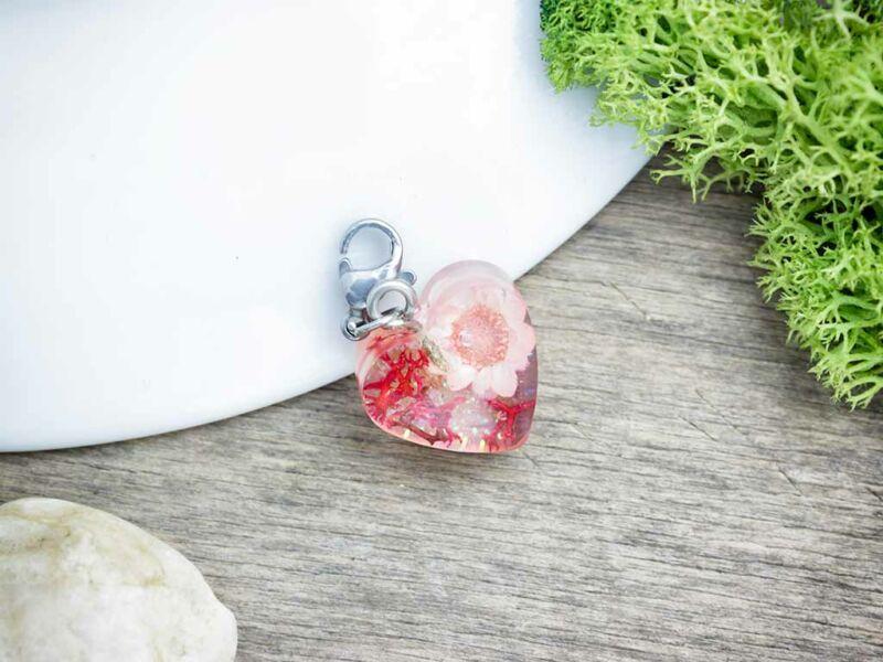 Apró szalmavirág műgyanta acél charm