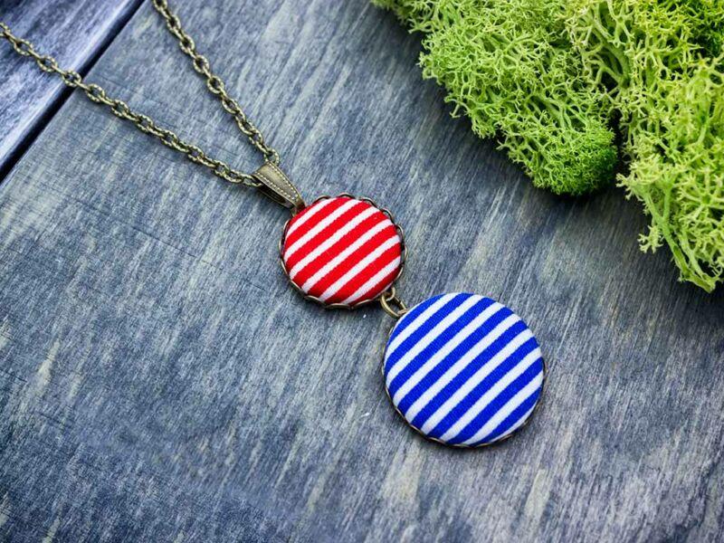 Kék és piros matróz csíkos textil gombos nyaklánc