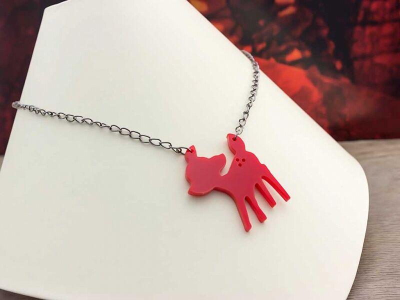 Piros Bambi plexi medál fekete színű nyakláncon
