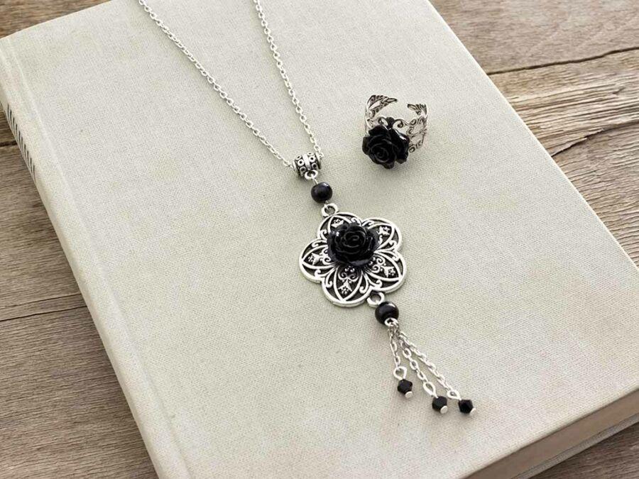 b5323b021 Fekete színű rózsás gyűrű és nyaklánc szett